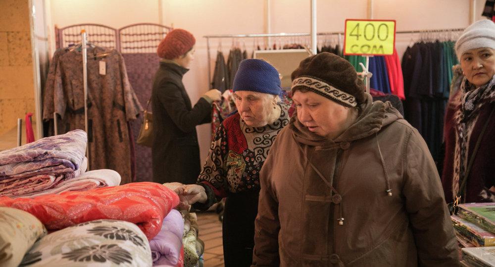 Пожилые люди на распродаже вещей