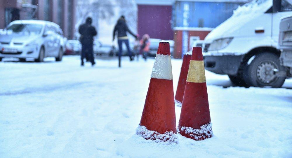 Дорожный конус под снегом