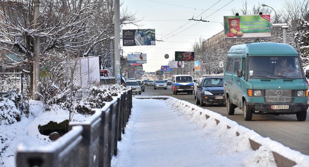 Заснеженная улица в городе Бишкек