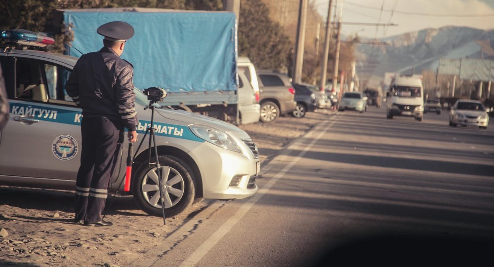 Сотрудник ДПС МВД КР на посту