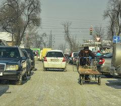 Мужчина с тачкой возле Ошского рынка