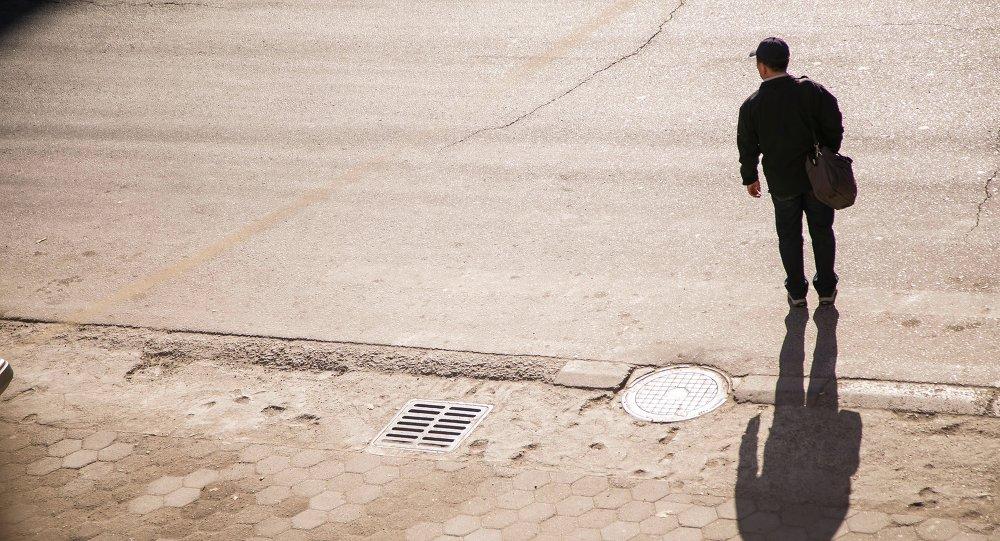 Одинокий пешеход переходит дорогу
