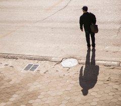 Мужчина на одной из улиц Бишкека. Архивное фото