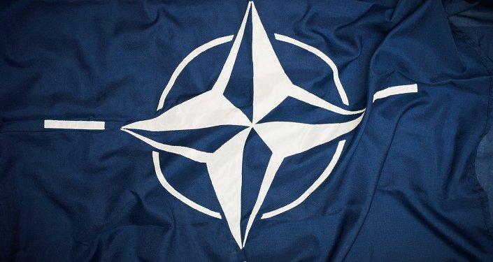 Эмблема Организа́ции Североатлантического договора на флаге. Архивное фото