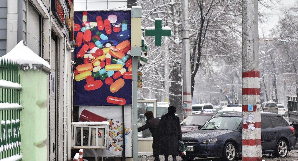 Посетители входят в аптеку