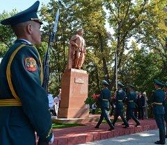 Президент Алмазбек Атамбаев принял участие в церемонии открытия памятника, посвященного 85-летнему юбилею Султана Ибраимова