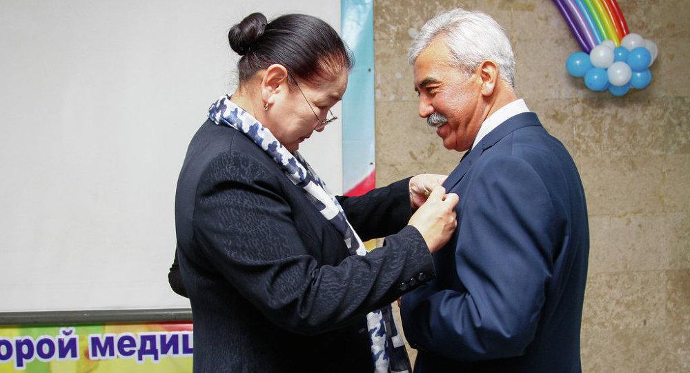 Поздравить врачей с юбилеем больницы приехали вице-мэр и глава Бишкекского городского кенеша Мурат Аманкулов.