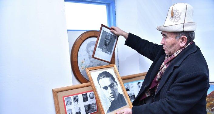 Директор музея Алыкула Осмонова Памирбек Казыбаев