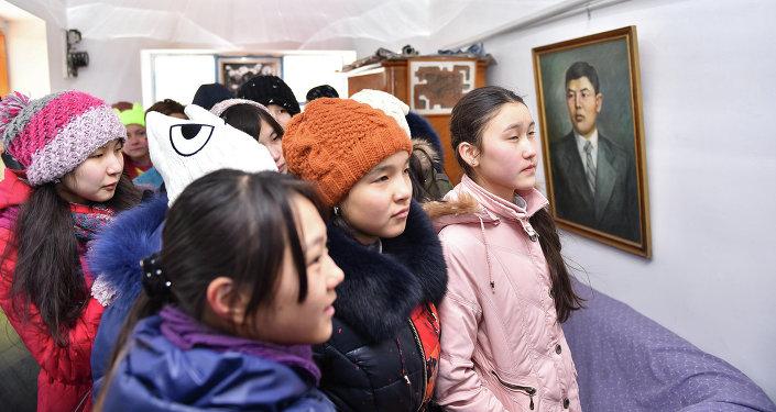 Ученики школы в музее Алыкула Осмонова