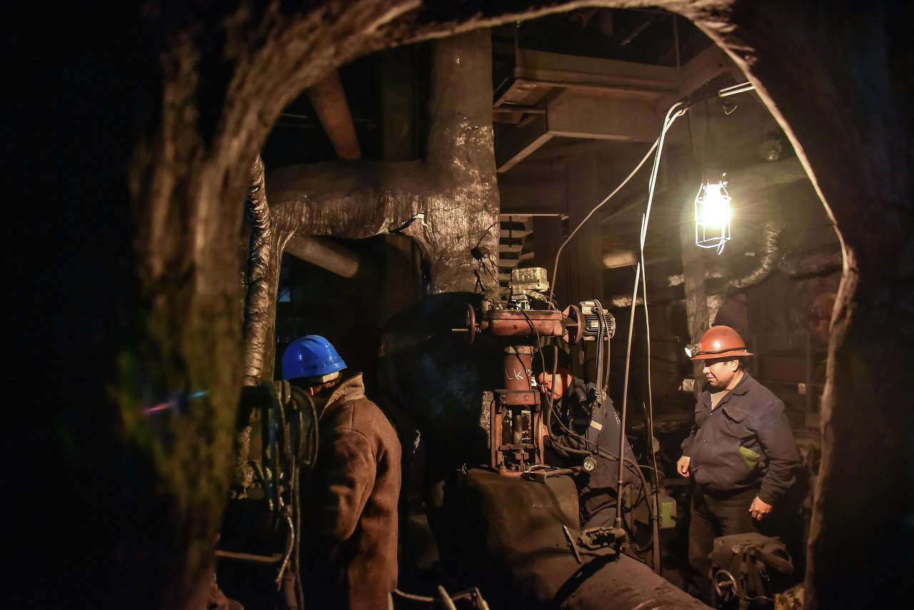 Рабочая группа проверяет трубы и насосы.