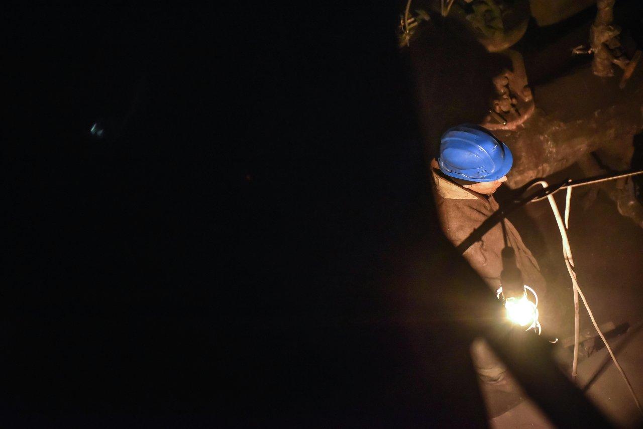 В отделе топки рабочие контролируют огромные печи с горящим углем.
