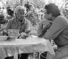 Улуу жазуучу Чыңгыз Айтматов Түгөлбай Сыдыкбеков менен. Архив