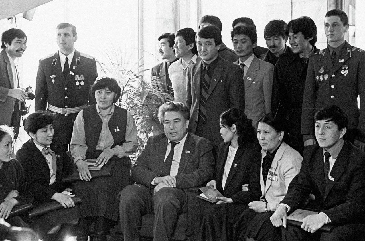 Чингиз Айтматов среди делегатов съезда