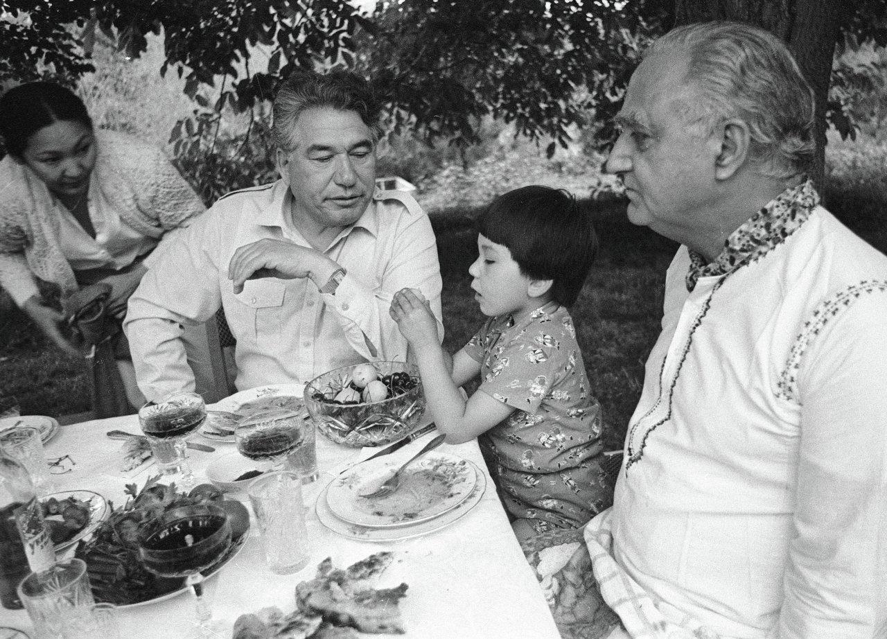 Чингиз Айтматов и Т. Кауль