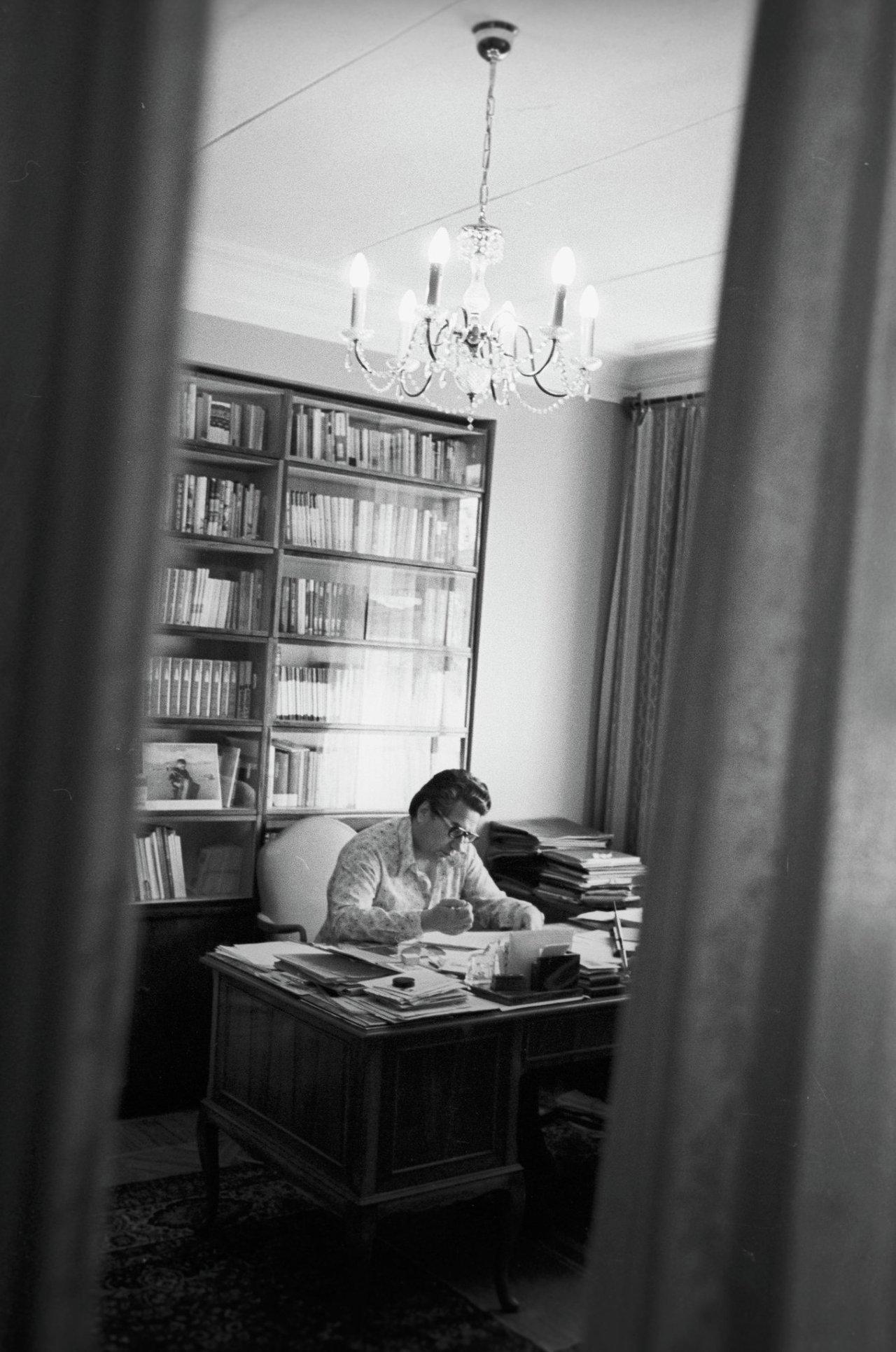 Чингиз Айтматов в своем рабочем кабинете