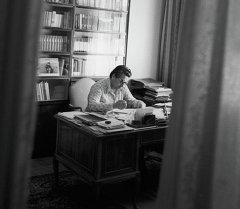 Кыргыз эл жазуучусу Чыңгыз Айтматовдун архивдик сүрөтү