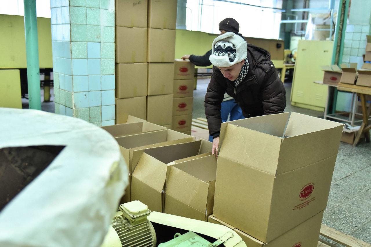 Партия подарков подготавливается к отправке в магазины.