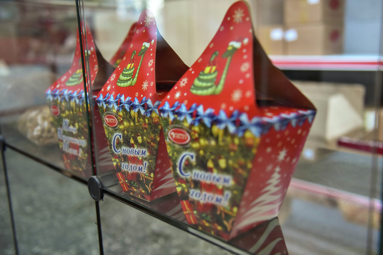 Красиво упакованные подарки будут ждать на витрине магазина.