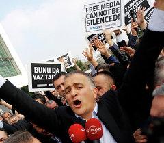 Главный редактор газеты Zaman Экрем Думанлы во время задержания полицией