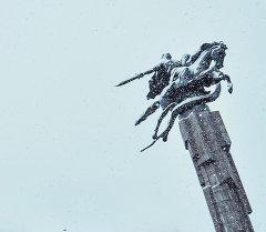 Памятник Манаса у входа в Государственную филармонию имени Токтогула Сатылганова