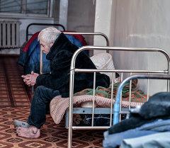 Бездомный мужчина в благотворительном доме Коломто