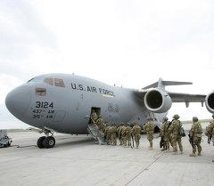 Американские военнослужащие у транспортного самолета перед отправкой в Афганистан в аэропорту Манас. Фото из архива