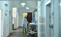 Врач идет по коридору больницы. Архивное фото