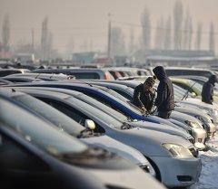 Автомобили на продажу в авторынке. Архивное фото