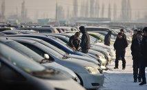 Автомобилисты на авторынке близ Бишкека. Архивное фото