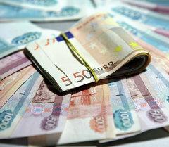 Купюры разного номинала и разной валюты. Рубли и евро. Архивное фото
