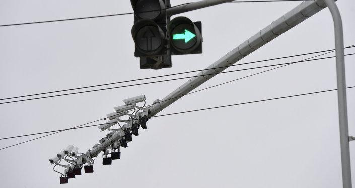 Светофор на перекрестке. Архивное фото