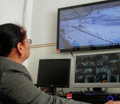 Вице-мэр Айгуль Рыскулова осматривает систему видеонаблюдения