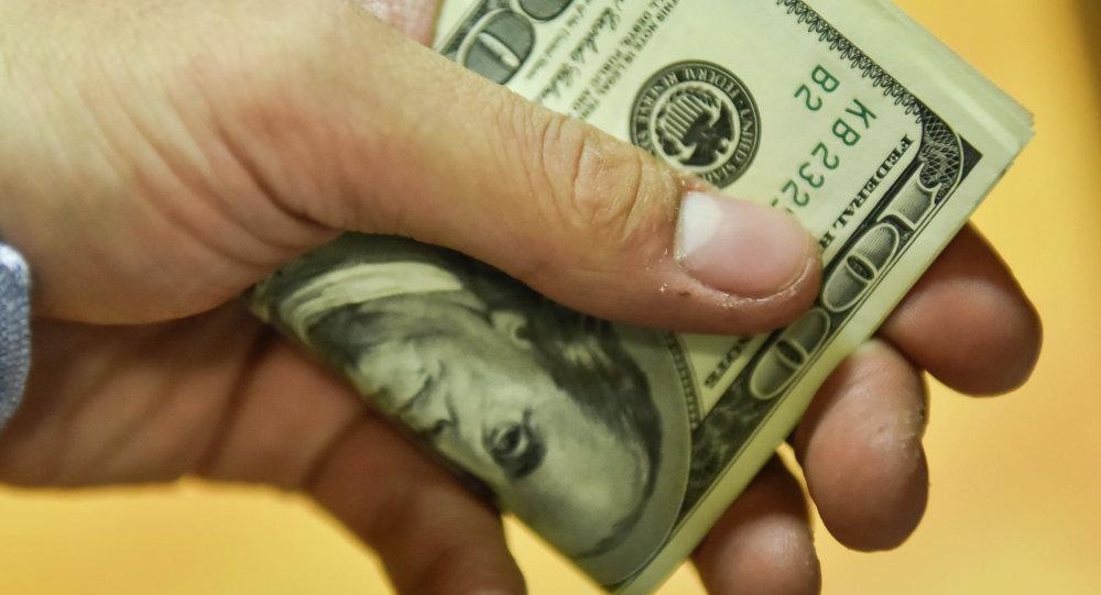 Доллары в руках мужчины