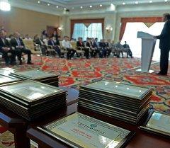 Президент Алмазбек Атамбаев поздравил спортсменов с успешным выступлением на международных соревнованиях и вручил им денежные премии
