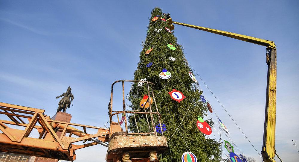 Рабочие устонавилвают главную елку страны на площади Ала-Тоо