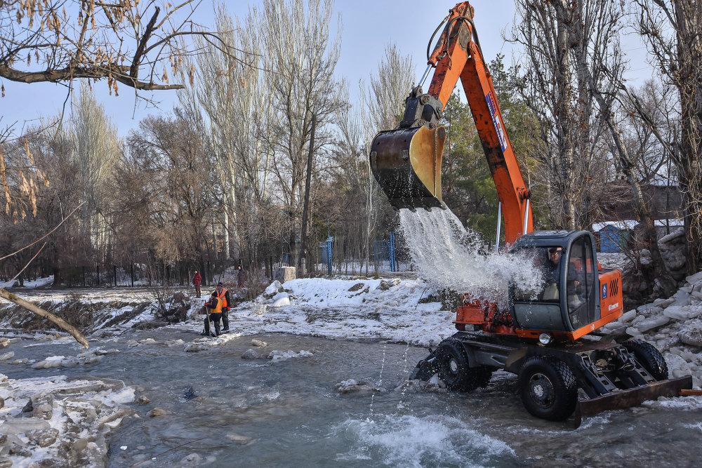 Для расчистки реки была задействована тяжелая техника.