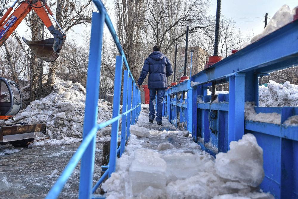 Из-за ледяной шуги был деформирован пешеходный мост.