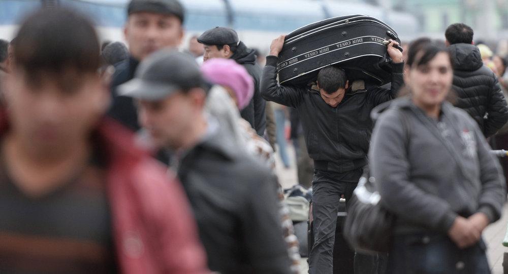 Россиянын вокзалында бараткан мигрант. Архивдик сүрөт