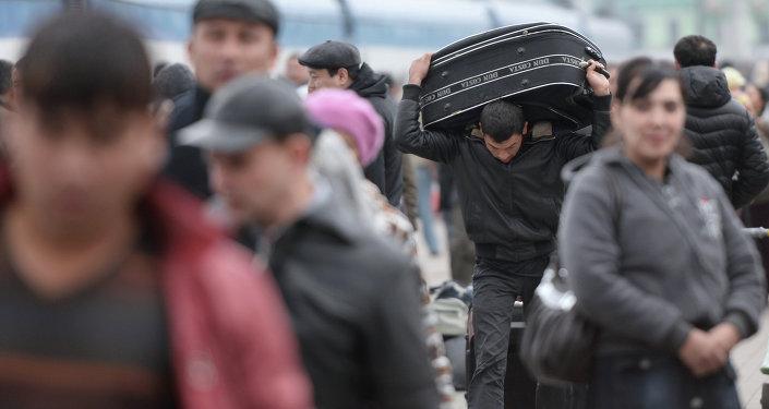 Мигранты на вокзале в Москве. Архивное фото