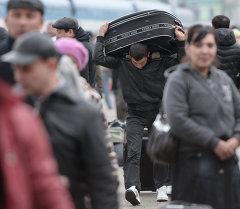 Вокзалдагы мигранттар