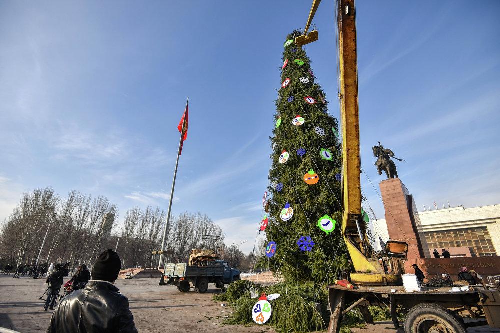 Установка елки на главной площади Бишкека.