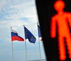 Флаги России, ЕС и Франции. Архивное фото