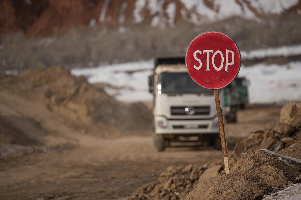 На место обычным машинам на место стройки въезд запрещен.