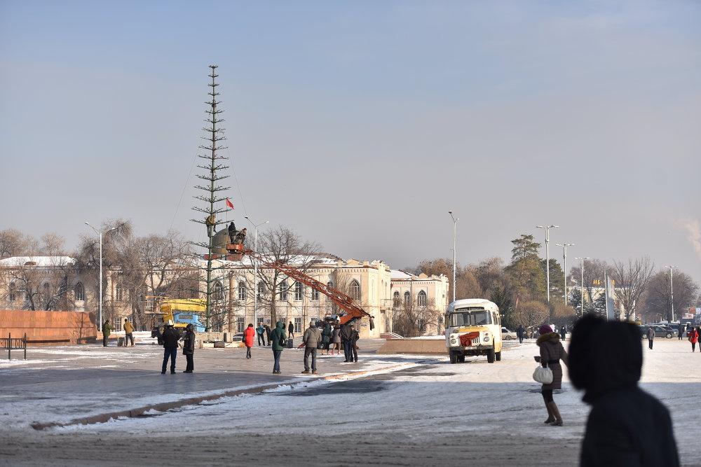 В начале декабря начали установку елки на центральной площади Ала-Тоо