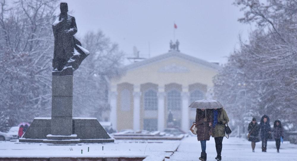 Кыргыз улуттук университетинин алдындагы студенттер. Архивдик сүрөт