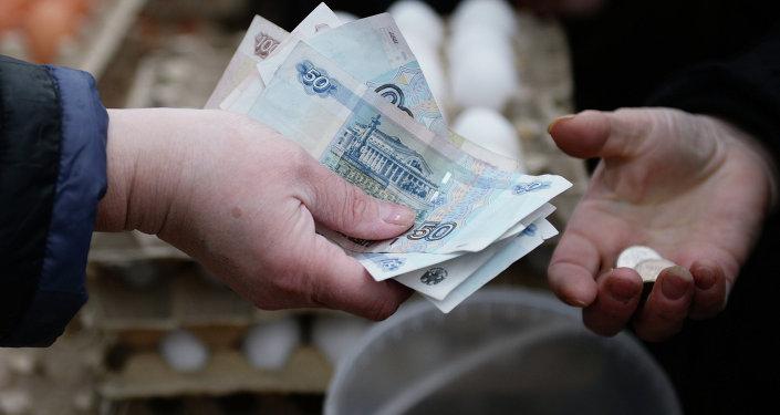 Торговля на городской продовольственной предпасхальной ярмарке в Новосибирске