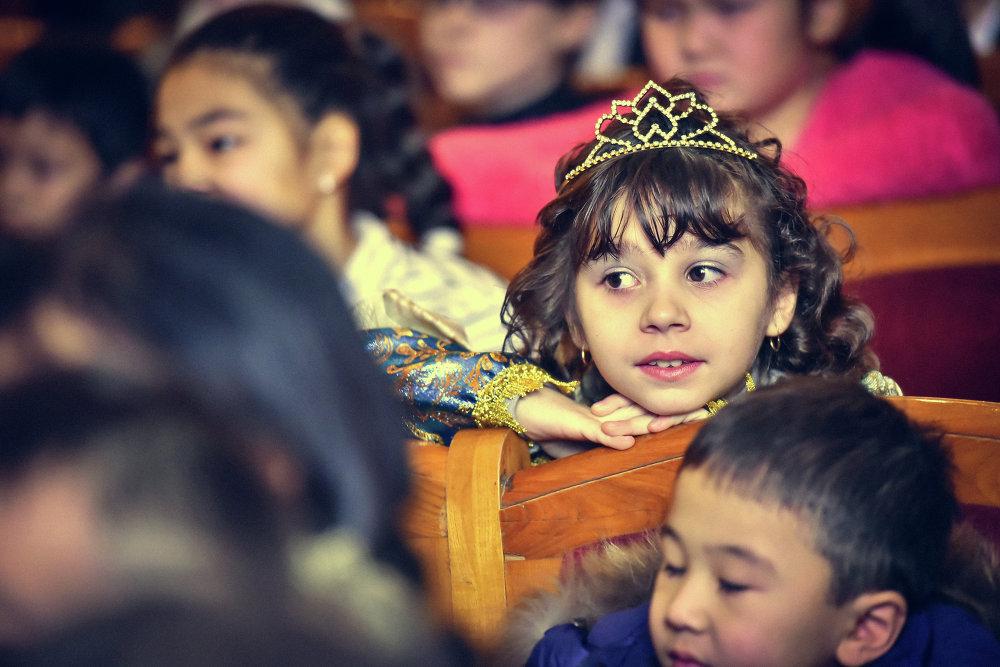 В зале оказалось множество принцев и принцесс.