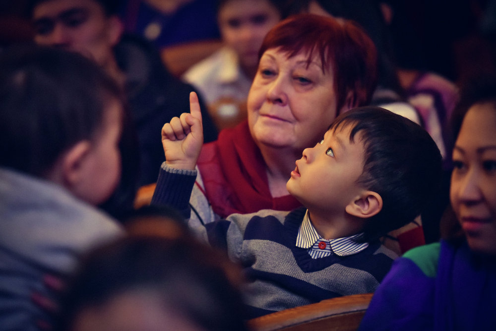 Многих малышей сопровождали взрослые, которые тоже с интересом наблюдали за происходящим.