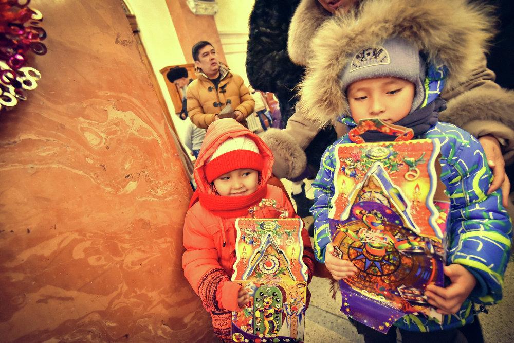 После спектакля детям раздали сладкие подарки.