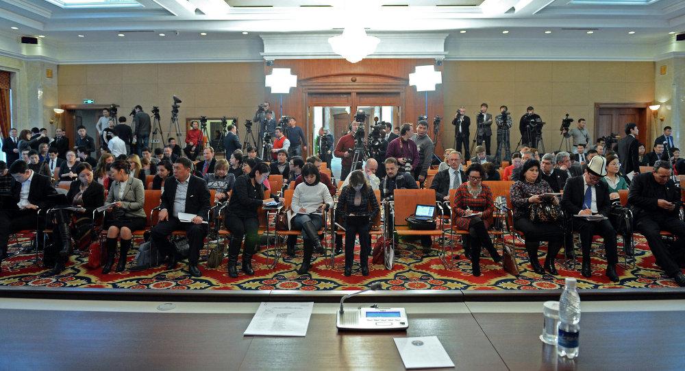 Журналисты кыргызских СМИ на итоговой пресс-конференции президента Алмазбек Атамбаева